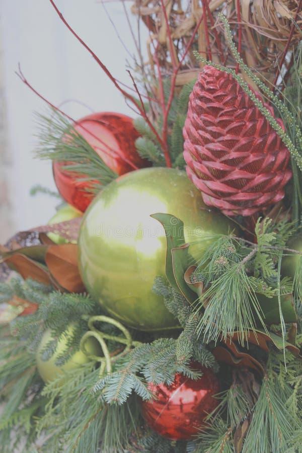 De verfraaide Kerstboom siert omhoog dicht stock foto