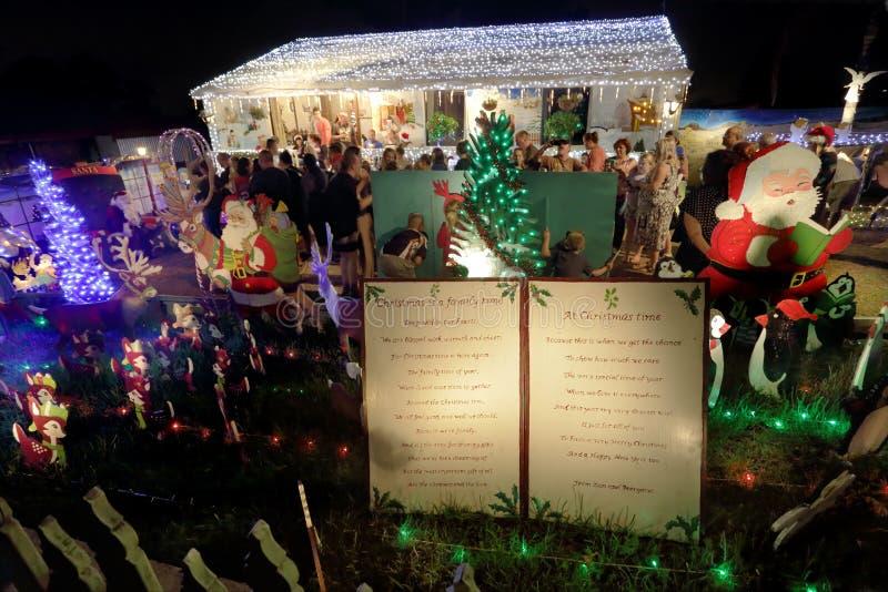 De verfraaide vertoning van huiskerstmis geleide lichten met Kerstman royalty-vrije stock afbeelding