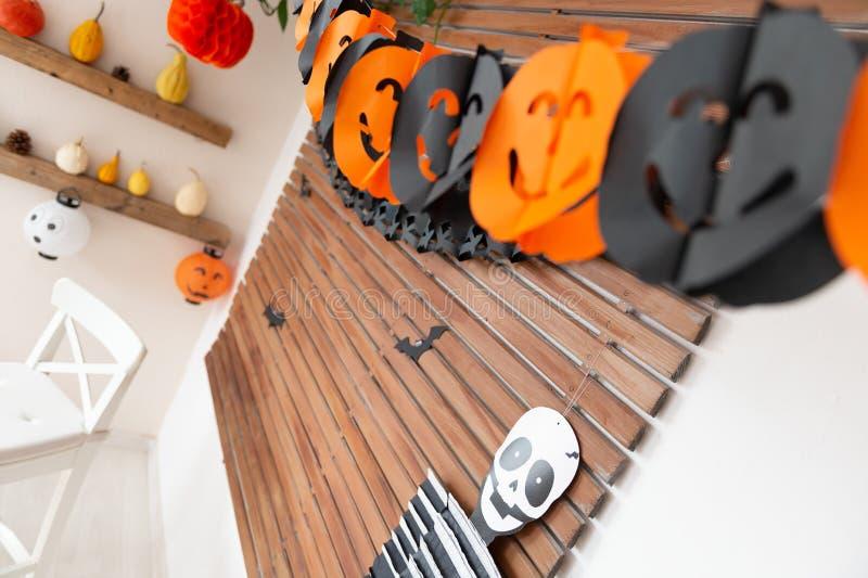De verfraaide woonkamer van Halloween thema Van de het seizoenfamilie van levensstijlhalloween het huisbinnenland Traditioneel Ha stock foto's
