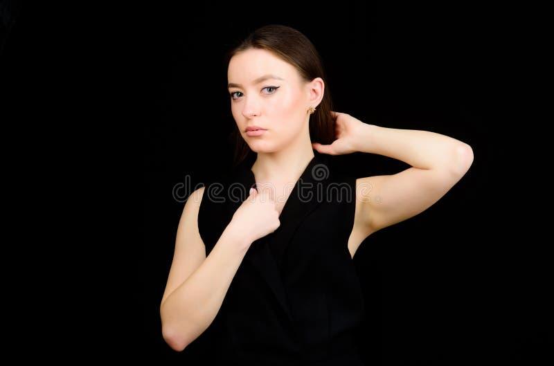 De verfraaiing van gezichtshaar en huid De kosmetiek en schoonheid Dagelijkse eenvoudige make-up Portret van aantrekkelijk vrouwe stock fotografie