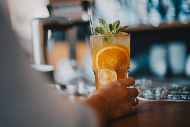De verfrissende smakelijke limonade van de ijsthee stock foto