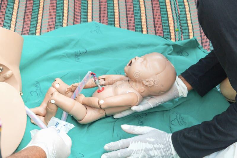 De verfrissing opleiding om bevalling bij te staan stock foto's