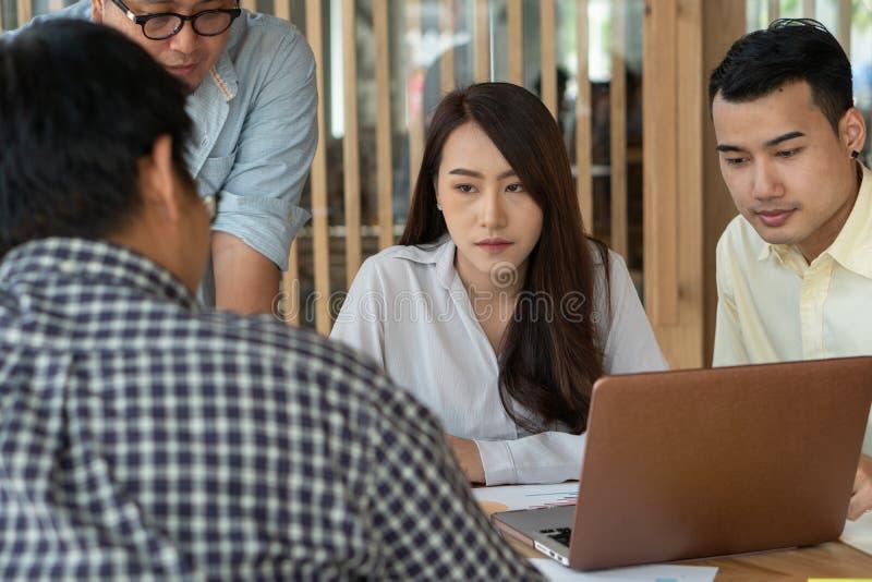De vergadering met supervisor onderwijst minions om meer werk te hebben De vrouwenwerknemers zijn bezorgd over hun eigen resultat stock afbeeldingen