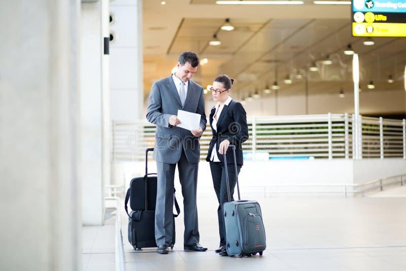 De vergadering van Businesspeople bij luchthaven royalty-vrije stock afbeelding