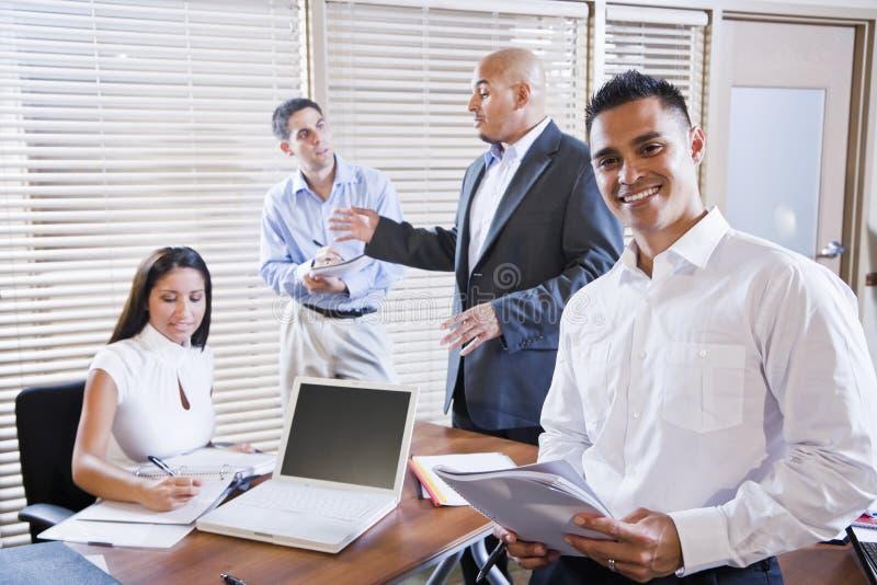De vergadering van de manager met beambten, het leiden