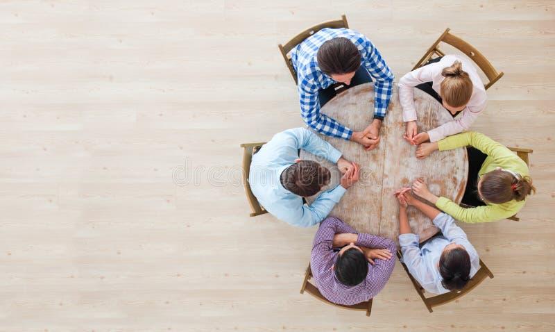 De vergadering van de groepswerkbrainstorming stock afbeelding