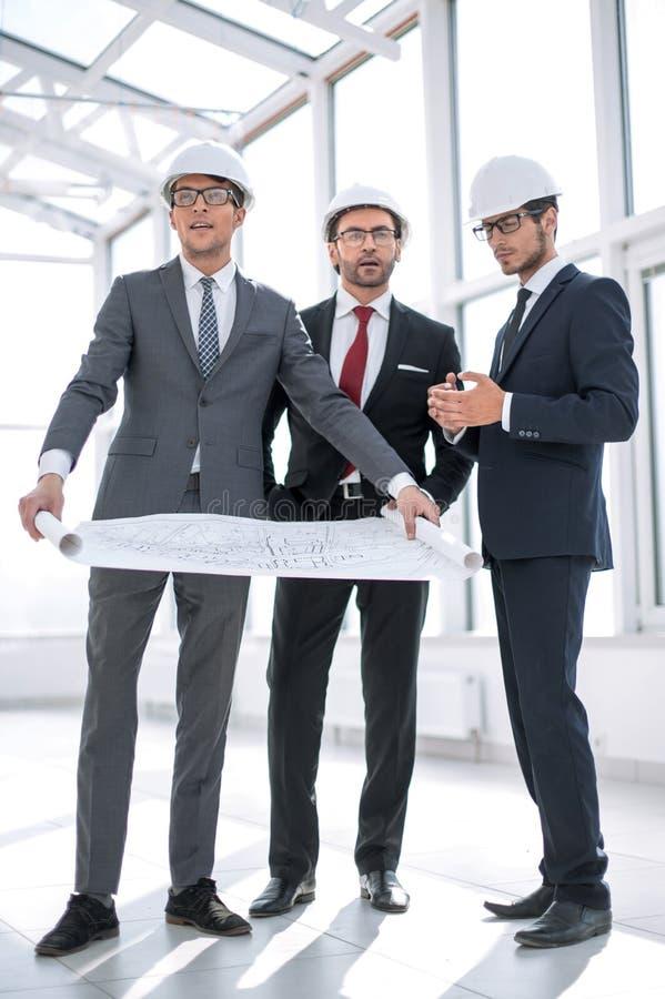 De vergadering van het architectenteam bij Bouw de Planning stock afbeelding