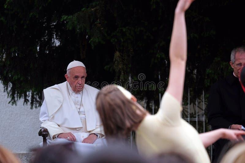 De vergadering van pausfrancis met jongeren voor de kathedraal in Skopje royalty-vrije stock fotografie
