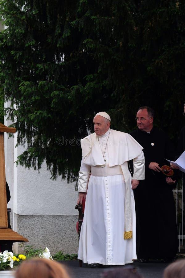 De vergadering van pausfrancis met jongeren voor de kathedraal in Skopje stock foto