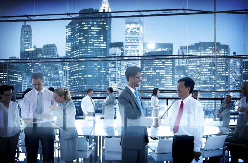 De Vergaderingsbestuurskamer die van de bedrijfsmensenconferentie Conversatio werken stock afbeelding
