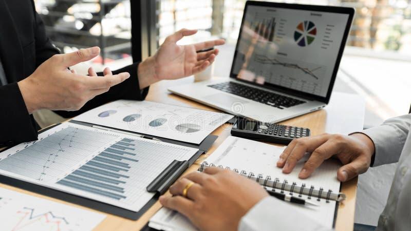 De vergaderingsconcept van het groepswerkbedrijf, partners die met laptop computer werken die samen start financieel project anal stock afbeelding