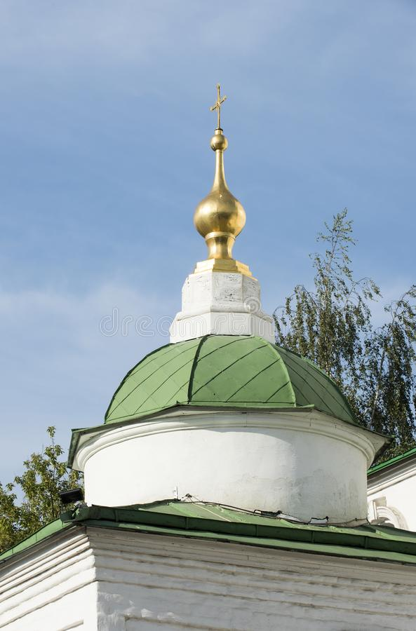 De vergulde koepel van één van de kloostertorens in de stad stock foto's