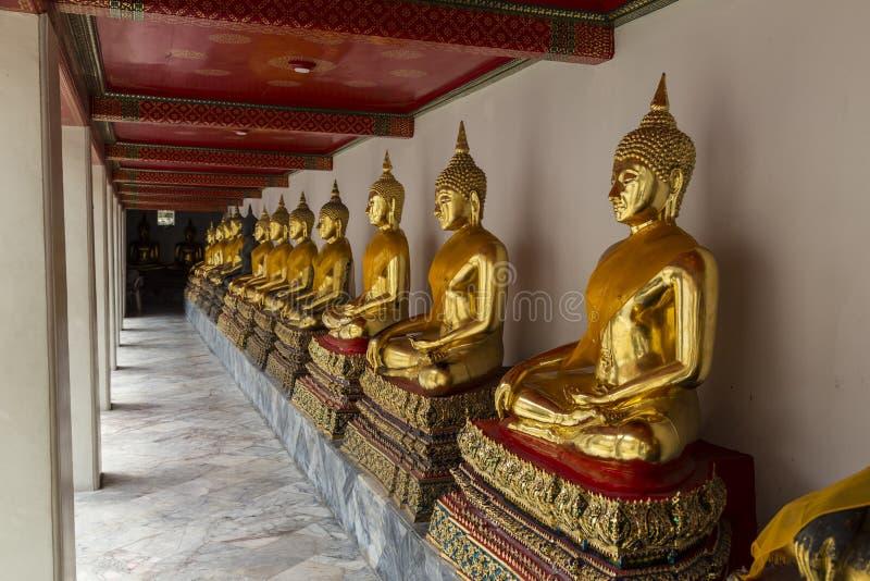 De vergulde standbeelden van Boedha in Wat Pho Temple van het Doen leunen Buddh royalty-vrije stock fotografie