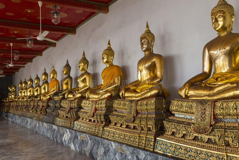 De vergulde standbeelden van Boedha in Wat Pho Temple van het Doen leunen Buddh royalty-vrije stock afbeelding