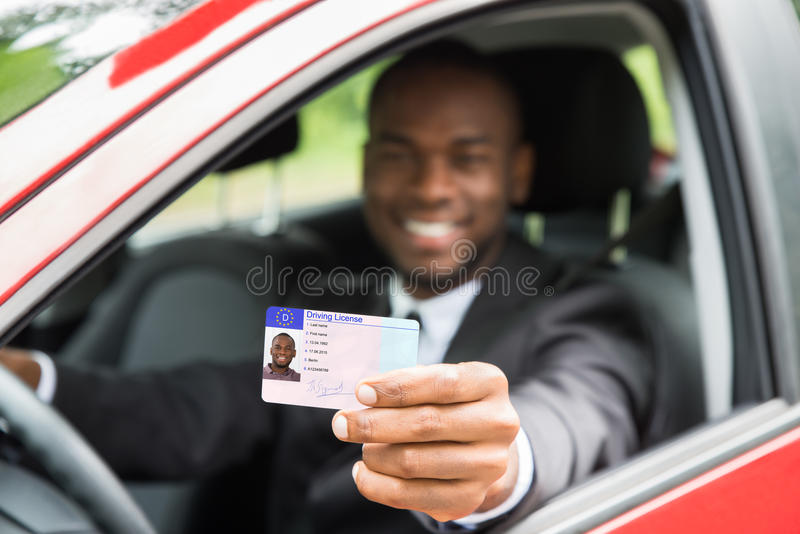 De Vergunning van zakenmanshowing his driving van Open Autoraam stock foto's