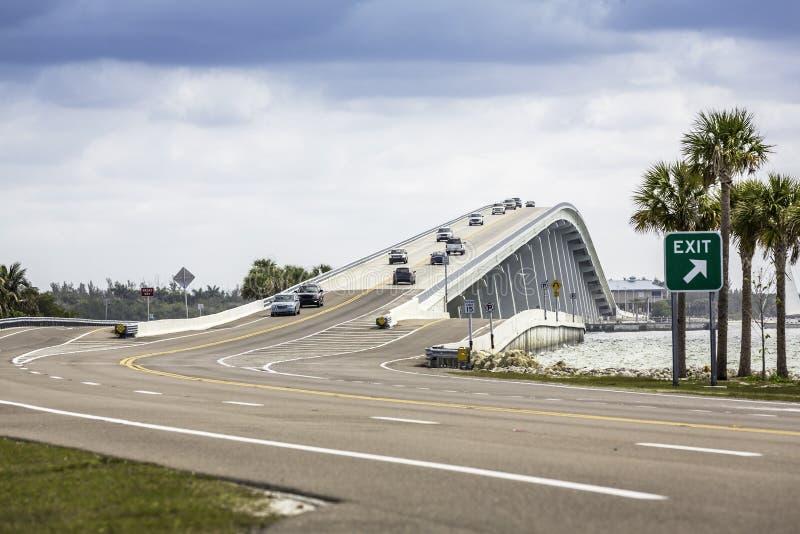 De Verhoogde weg en de Brug van Sanibel in Florida royalty-vrije stock foto's