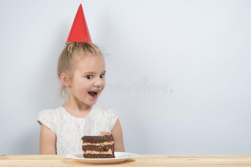 De verjaardag van cakekaarsen het kind houdt de cake royalty-vrije stock fotografie