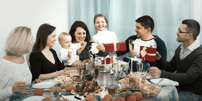 De verjaardag van het meisje met familie royalty-vrije stock afbeeldingen