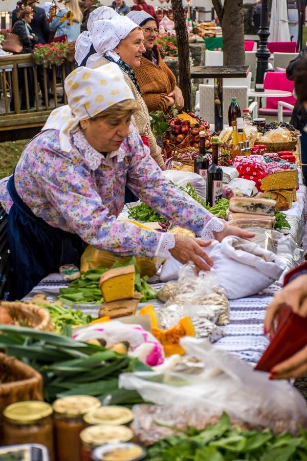 De verjaardag van de Samoborstad met oude dames die traditioneel voedsel verkopen royalty-vrije stock fotografie