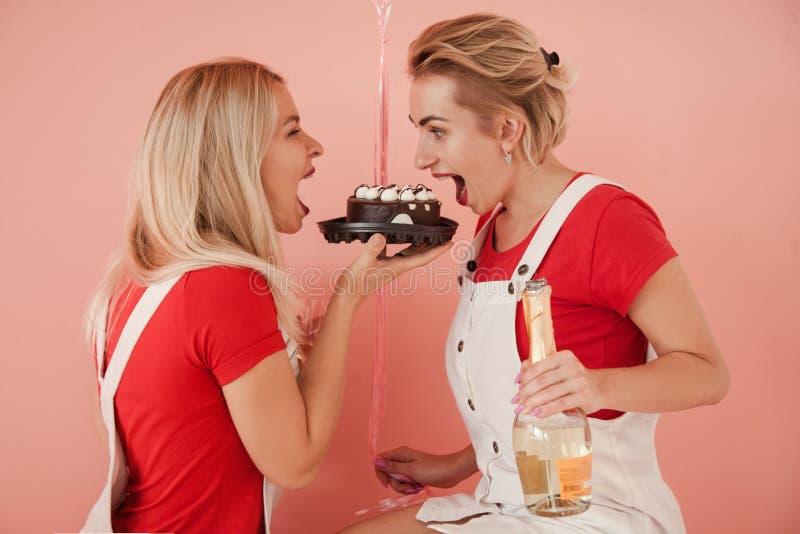 De verjaardagscake behandelt de hongerige viering van partijmeisjes stock foto