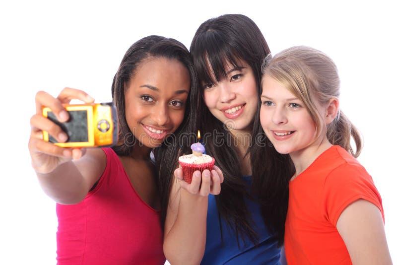 De verjaardagsfoto van tieners met cake en kaars royalty-vrije stock afbeelding