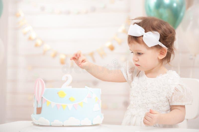 De verjaardagspartij van het meisje De leuke prinses eet cake royalty-vrije stock fotografie