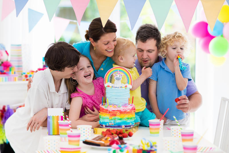 De verjaardagspartij van jonge geitjes Familieviering met cake stock afbeeldingen