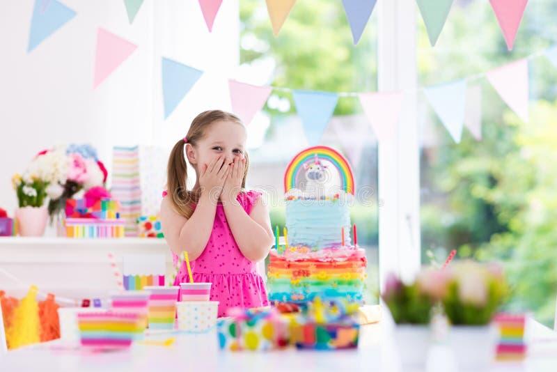 De verjaardagspartij van jonge geitjes Meisje met cake stock foto's