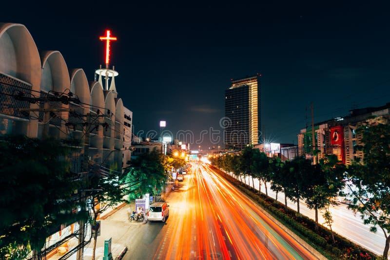 De verkeerslichtslepen op de straat van Bangkok royalty-vrije stock fotografie