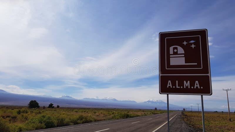 De verkeersteken die op de belangrijkste ingang wijzen aan het Atacama Large Millimeter Array ALMA, Atacama-Woestijn, Chili royalty-vrije stock foto's