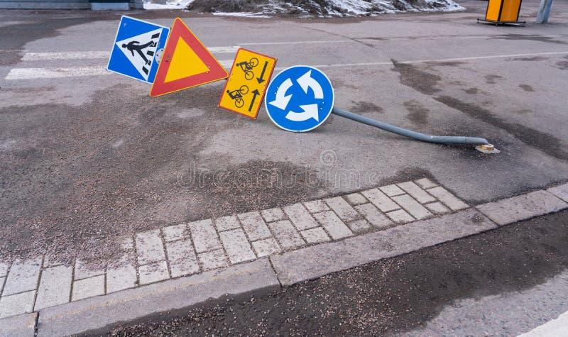 De verkeersteken die over zijn gedreven zodat de metaalpool is bended ter plaatse stock afbeeldingen