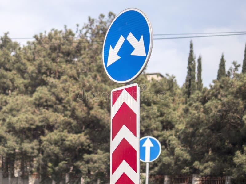 De verkeersteken draaien links of rechts het drijven royalty-vrije stock afbeeldingen