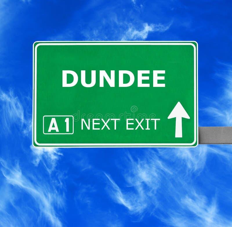 De verkeersteken van DUNDEE tegen duidelijke blauwe hemel royalty-vrije stock afbeelding