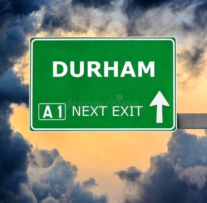 De verkeersteken van DURHAM tegen duidelijke blauwe hemel stock foto's