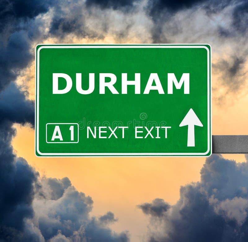 De verkeersteken van DURHAM tegen duidelijke blauwe hemel stock foto
