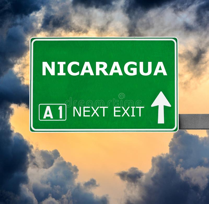 De verkeersteken van Nicaragua tegen duidelijke blauwe hemel royalty-vrije stock foto's