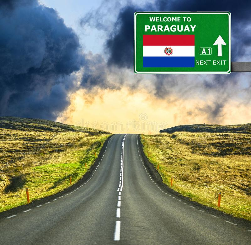 De verkeersteken van Paraguay tegen duidelijke blauwe hemel stock foto