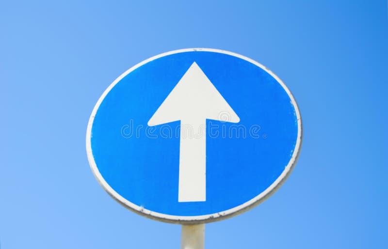 De verkeerstekenpost gaat rechtstreeks met blauwe hemelachtergrond royalty-vrije stock afbeelding