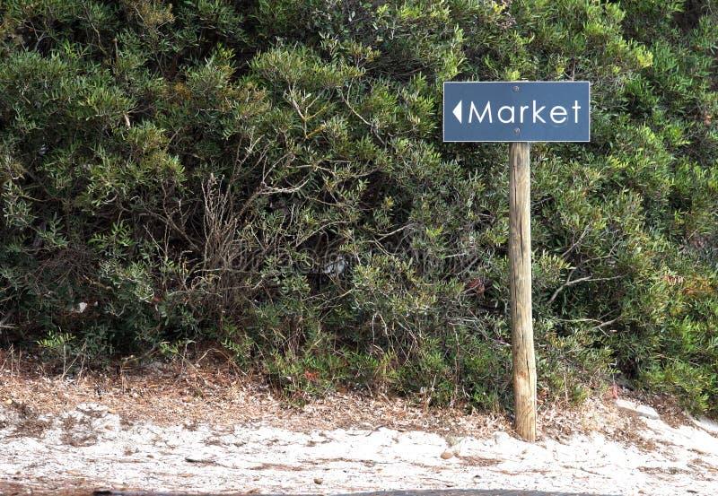 De verkoop of de Marktrichtingen op Houten voorzien van wegwijzers stock fotografie