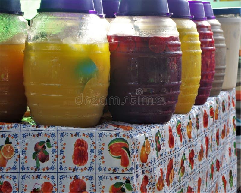 De verkoop van Aguasfrescas op een traditionele Markt van Honduras royalty-vrije stock foto's