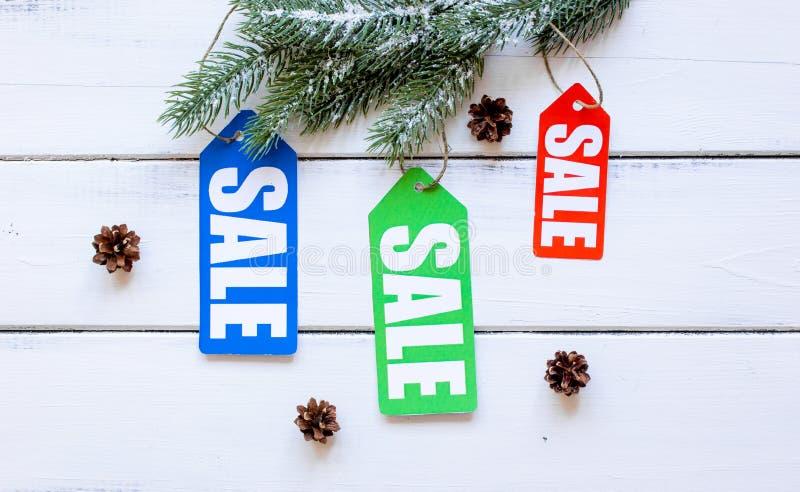 De verkoop van de de winterkleding op houten hoogste mening als achtergrond royalty-vrije stock fotografie