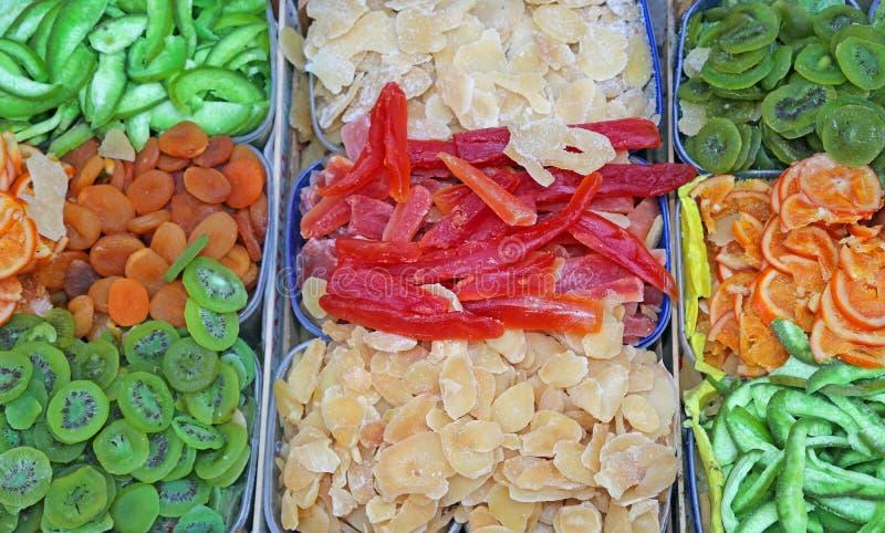 De verkoop van gekonfijte vruchtboxesfor bij het fruit en de plantaardige markt stock illustratie