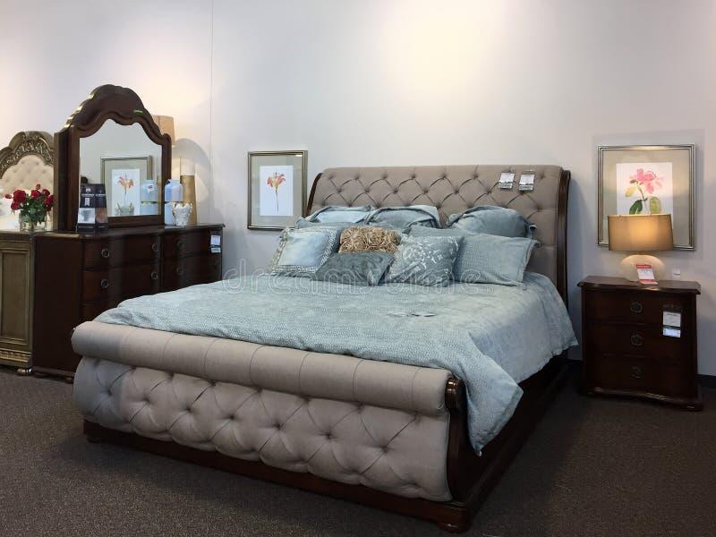 De verkoop van het de slaapkamermeubilair van Nice bij meubilairmarkt stock afbeelding