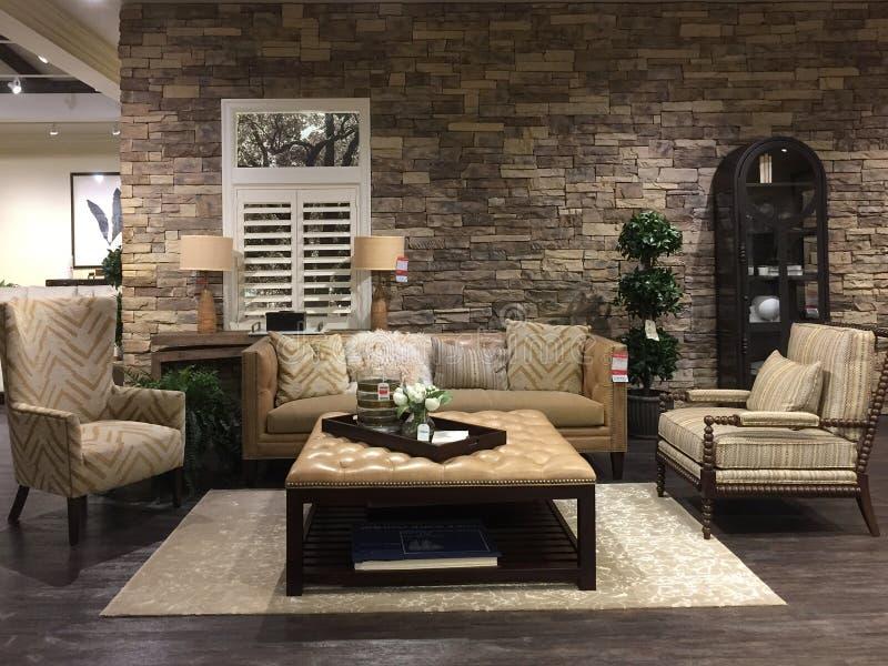 De verkoop van het woonkamermeubilair bij meubilairmarkt stock foto