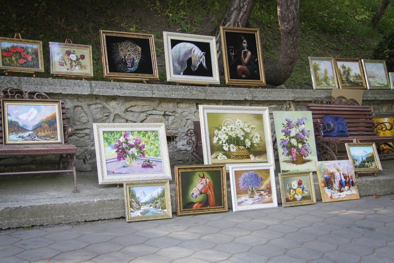 De verkoop van schilderijen op de straatmarkt stock afbeelding