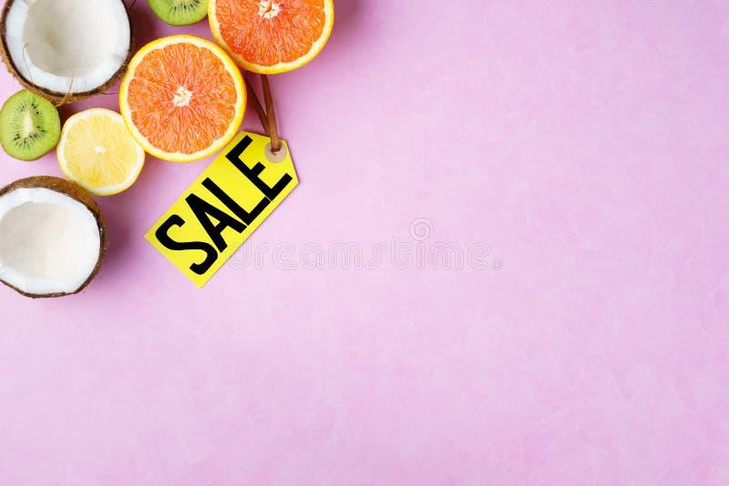 De verkoop van de de zomervakantie, prijskaartje en exotische vruchten royalty-vrije stock afbeelding
