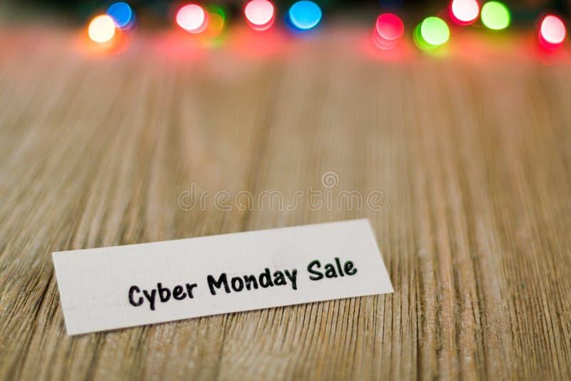 De Verkoopconcept van de Cybermaandag op houten raad en gekleurde lichten, selectieve nadruk, ruimte voor exemplaar stock foto