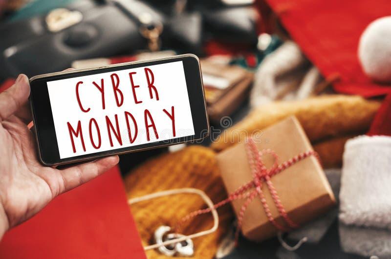 De verkooptekst van de Cybermaandag op het telefoonscherm, het teken van de Kerstmisverkoop speciaal stock foto