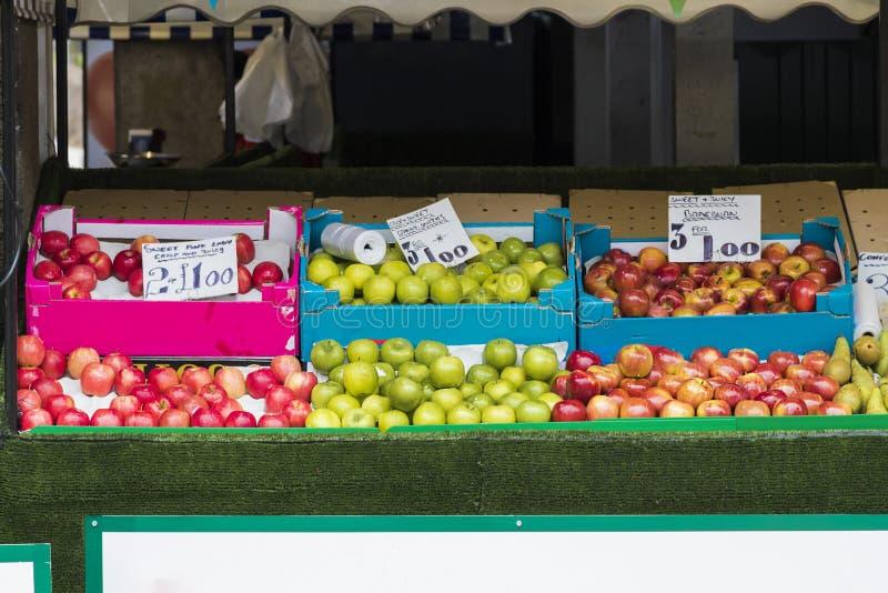 De verkopende appelen van de marktkruk royalty-vrije stock foto's