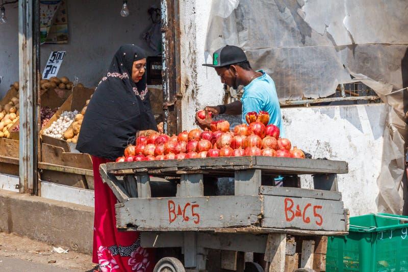 De verkopende granaatappels van de straathandelaar stock fotografie